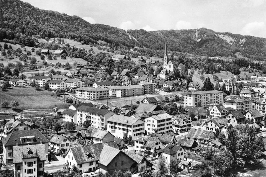 ca. 1954, Blick auf Albisstrasse Adliswil mit Zentrum-Bau